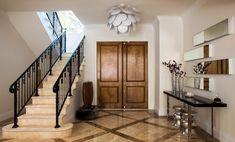 Aparador de ferro decora o hall de entrada Decor, Entrance, House, Interior, Entrance Hall, Deco, Home Decor, Interior Design, Stairs