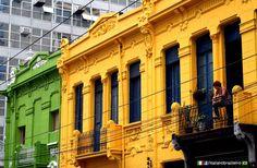 São Paulo (SP) - Architettura Foto: Renato Luz Ferreira Sobrado do século XIX pintado de verde e amarelo na esquina das ruas Rego Freitas com Marquês de Itú na região central da cidade. www.italianobrasileiro.com