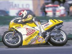 Niall Mackenzie couldn't control soon,becauce his ridingstyle was front heavy and prefer front heavy,so HRC made his short fuel tank from Salzburg. and He got a first podium 3th.1987(Nori)