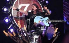 Dave Grohl lascia suonare un fan durante un concerto Come essere consedirati più rock di Dave Grohl? Il frontman dei Foo Fighters fa sempre parlare di sè durante i concerti e interagisce ormai su basi regolari con i propri fan. Dopo essersi rotto la ga #musica #foofighters #davegrohl #rock