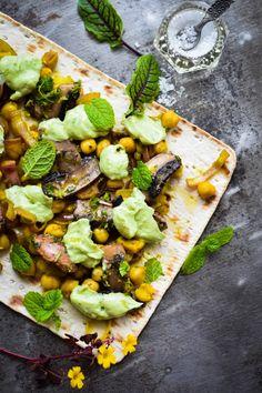 Søger du efter en opskrift på lækker vegetarmad, så er de her fladbrød med det mest vidunderlige fyld et godt forslag. Lækker vegetarmad for alle!