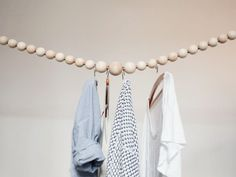 Simple and stylish: DIY wardrobe made of wooden beads Diy Interior, Bois Diy, Diy Wardrobe, Showroom Design, Kids Corner, Diy Dress, Recycled Crafts, Diy Storage, New Room