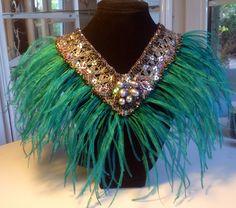 Collar bordado plata antigua con lentejuelas y plumas verdes.