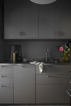Grey kitchen with brass details Gravity Home, Small Space Kitchen, Compact Living, Grey Kitchens, Decorating Blogs, Small Apartments, Beautiful Interiors, Living Room Decor, Kitchen Design