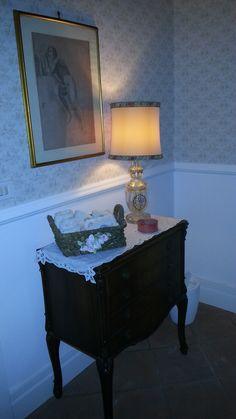 Appartamento classico Eur Roma- Bagno con carta da parati, boiserie e zoccolatura in legno smaltato - Arch M Pasquarelli
