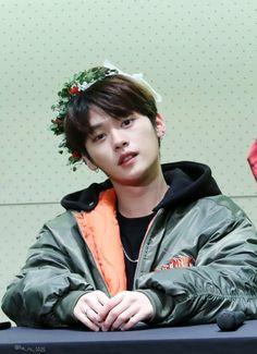 Minho being Minho needs to stop because my weak ass heart can't take it Lee Minho Stray Kids, Lee Know Stray Kids, Lee Min Ho, Non Fiction, Survival, Wattpad, K Idols, South Korean Boy Band, My Boys