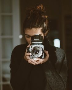 47 ideas vintage camera photography pictures for 2019 Photography Camera, White Photography, Portrait Photography, Vintage Photography, Selfie Foto, Photos Black And White, Fotografia Tutorial, Girls With Cameras, Travel Photos
