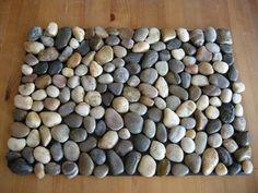 How to DIY Stone Floor Mat --> Make a DIY Pebble Bath Mat #craft #stone #mat