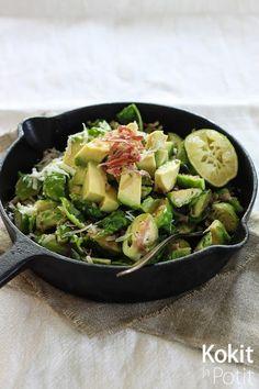 Ruusukaali-avokadosalaatti rapealla kinkulla ja parmesaanilla | Kokit ja Potit -ruokablogi