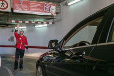 Para informar de los beneficios de la 'Tarjeta Club' de AUSSA, unos azafatos y azafatas disfrazados de policías ingleses atendieron a los vehículos que se acercaban a los parkings.