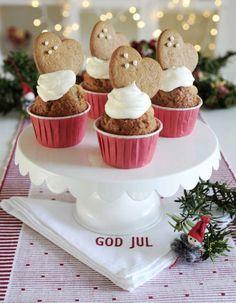 Pepparkakshjärtan dekorerade med silverkulor blir pricken över i:et på cupcakes med smak av pepparkaka.