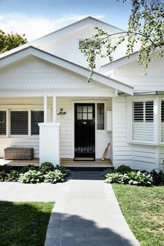 Modish south australian bungalow house style that will blow your mind House Inspo, Exterior Design, Modern Farmhouse, House Paint Exterior, Hamptons House, Building A House, House Goals, Exterior House Colors, Bungalow Exterior