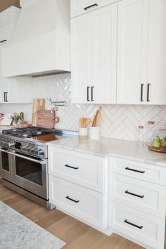 Kitchen Redo, Home Decor Kitchen, Interior Design Kitchen, New Kitchen, Kitchen Remodel, Modern Kitchen Backsplash, Backsplash For White Cabinets, Kitchen With Subway Tile, White Kitchen Flooring