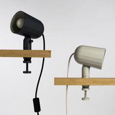 La Noc es una lámpara con una abrazadera que podrás fijar a casi cualquier superficie, horizontal o vertical. La pantalla es direccionable. Puedes fijarla en tu mesa, en el cabecero de la cama, en una...