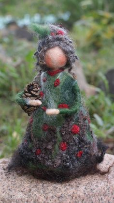 needle felted Earth Fairy with tiny pinecone Wool Needle Felting, Needle Felting Tutorials, Needle Felted Animals, Wet Felting, Waldorf Crafts, Waldorf Dolls, Felt Fairy, Clothespin Dolls, Felt Decorations