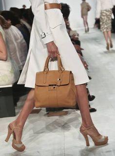 O modelo verão 2014 das desejadas bolsas de Michael Kors BEBETO MATTHEWS / AP NYFW