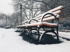 Winter bench ✨ #iphonephotography #nyc #newyork #downtownbrooklyn #nycsnow #snow #bench #iphonography #newyork_instagram