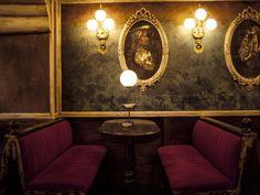 Το νέο μπαρ βρίσκεται στο στενό της Παλλάδος, παλαιώνει αποστάγματα και τα χρησιμοποιεί σε κλασικά cocktail ενώ παράλληλα σερβίρει πιάτα ιδανικά για να καταναλωθούν στη μπάρα. City Life, Athens, Wall Lights, Bar, Mirror, Bathroom, Concept, Furniture, Home Decor