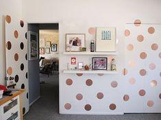 Haz una pared de lunares: | 22 Ideas para decorar tu casa de forma: fácil, bonita y barata