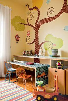Uma grande árvore e bichos alegram o espaço de brincar de Pedro, 5 anos, e Tomaz, 2. Os adesivos têm desenhos da ilustradora Elisa Sassi e já estavam no ambiente, que antes era o quarto de bebê do irmão menor. Projeto do arquiteto Rodrigo Martins
