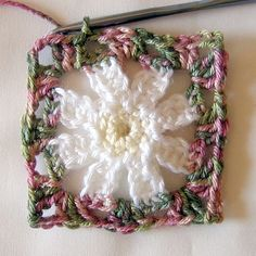 "Ooooo...I could do a granny square blanket made up entirely of individual""flower"" granny squares! Daisy Square ~ free pattern ✿Teresa Restegui http://www.pinterest.com/teretegui/✿"