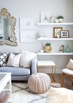 Sala - ideia: cores neutras, prateleiras, composições fofas de quadros e vasos