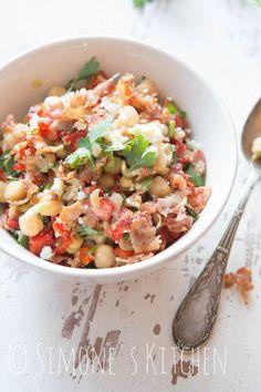 Deze kikkererwtensalade met geroosterde paprika is supersnel in elkaar te zetten en perfect voor een makkelijke lunch
