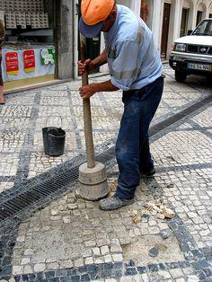 https://flic.kr/p/7xF7zS | Poseur de pavé 5 | Cantonnier au travail. Localisé à Coïmbra, Portugal