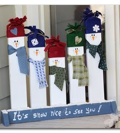 super cute snowmen out of 2x4s (Could I use this idea to make snowmen out of my white vinyl porch? Hmmm...)