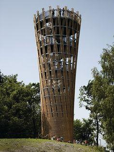 La torre se eleva desde Juberg colina en el Hemer Sauerlandpark