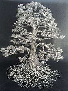 El artista, Clive Maddison, crea esculturas cautivadoras de árboles increíblemente elaborados, pero lo único que usa para conseguirlo es alambre. Tira por tira, el escultor manipula piezas de alamb