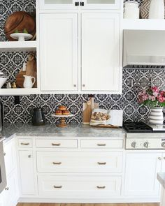 Simply White by Benjamin Moore Kitchen Cabinet. Simply White by Benjamin Moore Kitchen Cabinet Paint Color. Simply White by Benjamin Moore Kitchen Cabinets. Simply White by Benjamin Moore Kitchen Cabinet #SimplyWhitebyBenjaminMoore #Kitchen #Cabinet #PaintColor Jordan from @house.becomes.home