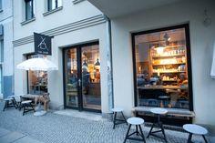 [The Barn] - 1 van de meest inspirerende koffie huizen van in Europa. Naast dat het een koffiehuis is, is The Barn een smaak lab. The Barn is een koffiehuis en tevens een branderij. Alles in deze winkel is eerlijk en op de site kun je zien wat er in een bepaald soort koffie zit. MITTE: Schönhauser Allee 8 10119 Berlin FASCINATIE (http://barn.bigcartel.com/)