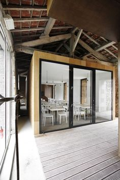 an old barn / Comac Barn renovation, Charroux, France by Comac. Rustic + modern (N.: article texts reads like machine translation.)Barn renovation, Charroux, France by Comac. Rustic + modern (N.: article texts reads like machine translation. Grange Restaurant, Modern Restaurant, Barn Pictures, Barn Renovation, Inspiration Design, Architecture Old, Classical Architecture, Old Barns, Modern Rustic
