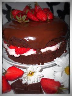 Schokoladenkuchen mit frischen Erdbeeren und Erdbeersahne. Erdbeeren und Schokoladenkuchen - eine wundervolle Kombination