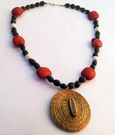 Collar de semillas de ojo de tigrillo, semillas huayuro, madera blanca y mandala de Oro Vegetal. Disponible en www.shibabisuteria.com