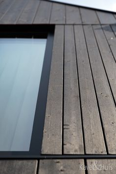 Het uiteindelijke ontwerp heeft het aanzien van een houten huis. Strak qua architectuur maar dankzij de donkere houten gevels in harmonie met de omgeving. We hebben heel lang nagedacht over de indeling. Hardwood Floors, Flooring, Wood Floor Tiles, Wood Flooring, Floor