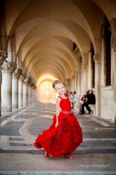 Children's photography, Family photography, Mariya Mikhaylyuk Photography, Girls Portraits, Outdoor Portraits, kids portrait, Venise, Venize, photosession, red dress