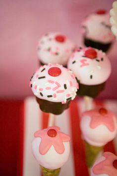 Adorable cupcake cake pops (via Kara's Party Ideas).