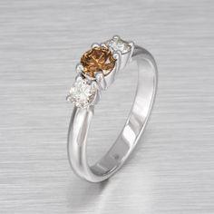 18 k valkokultarunkoon on istutettu kahvin värinen timantti (0.53Ct) keskuskiveksi, ja sitä ympäröi molemmilla puolilla 0.22Ct värittömät timantit. Design Petri Holmberg. Petra, Engagement Rings, Jewelry, Design, Fashion, Enagement Rings, Moda, Wedding Rings, Jewlery