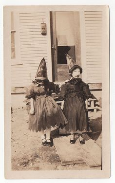Vintage Halloween Costumes -part 6 part 1 part 2 part 3 part 4 part 5 Costume Halloween, Photo Halloween, Vintage Halloween Photos, Halloween Pictures, Creepy Halloween, Holidays Halloween, Halloween Kids, Spooky 2, Creepy Costumes