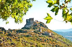 Vista de día del castillo y pueblo de Trevejo, en la Sierra de Gata.