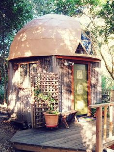 ~Tiny cabin with geodesic dome roof in Aptos, CA.   http://tinyhouseswoon.com/mushroom-dome-cabin/