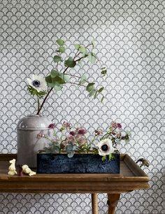 <p>Qui a dit que les papiers peints classiques n'étaient pas graphiques? Ce modèle orné d'écailles, comme des petits soleils, décorées de petites fleurs...