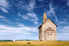 Najstaršie kresťanské kostoly na Slovensku, jednoduché románske rotundy aj veľké chrámové komplexy - to všetko na vás čaká v Nitrianskom kraji. So vstupom dovnútra to môže byť občas komplikovanejšie, zvonku však ich krásu môžete obdivovať kedykoľvek. Ak ste tak ešte neurobili, leto je ideálnou príležitosťou napraviť svoju chybu.