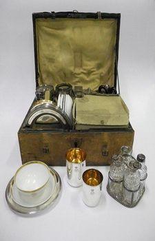 """Veldkantine koning Willem II. Deze """"veldkantine"""" - een kistje met een reisservies - gebruikte de Prins van Oranje, later Koning Willem II,  tijdens al zijn veldtochten. De inhoud bestaat uit zes zilveren bekers, messen, theelepels, lepels, vorken en borden, een zilveren trekpot, een theekistje,   suikertang, melkkan en suikerpot, vijf wit porseleinen theekoppen en schotels en een zilveren olie- en azijnstel."""