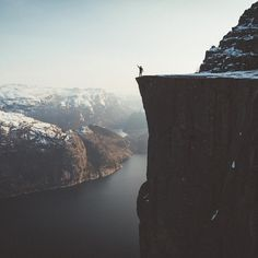 "Gefällt 49.2 Tsd. Mal, 237 Kommentare - Discover Earth (@discoverearth) auf Instagram: ""@bokehm0n living on the edge in Preikestolen, Norway. 🇳🇴 #2000ftcliff"""