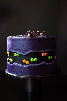 Fault-line Halloween Cake with M&M's Spiders and Skittles Eyes - The Sweet Rebellion A spine-chilling showstopper of a cake made up of a slime-green sponge, petrifying purple buttercream and decorated with M&M spiders and Skittles eyes! Cute Halloween Cakes, Halloween Torte, Bolo Halloween, Halloween Wedding Cakes, Halloween Cookies Decorated, Halloween Sugar Cookies, Halloween Baking, Halloween Desserts, Halloween Treats