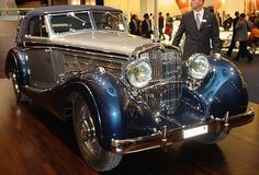 This beautiful car is a 1930 Maybach Zeppelin Cabriolet by German coachbuilder Dörr and Schreck , absolutely stunning. Maybach Car, Mercedes Maybach, Vintage Cars, Antique Cars, Daimler Benz, Bmw Classic Cars, Benz S, Car Makes, Car Manufacturers