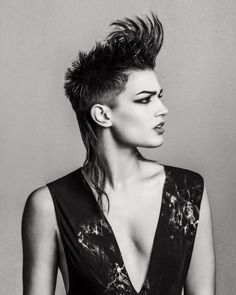 www.esteticamagazine.co.uk | Josh Goldsworthy's collection focuses on the power of texture. The matte effect enhances the contrasts of light and shade, as well as the geometric lines of the cut.